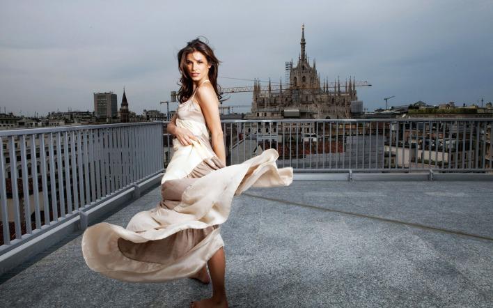 С развивающимся платьем на ветру