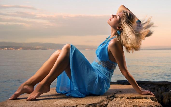 Картинка девушка в синем платье на