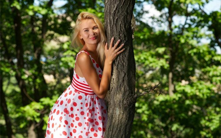 Фото девушка у дерева