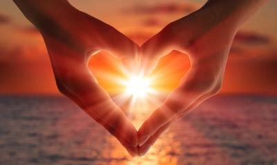 сердце лучи солнца руки