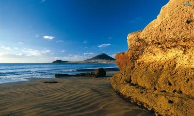 скала гора песок море