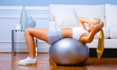 Фитнес девушка мячь